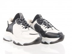 Stoere 'dad sneaker' van Bronx in een combinatie van off-white en zwart leder.